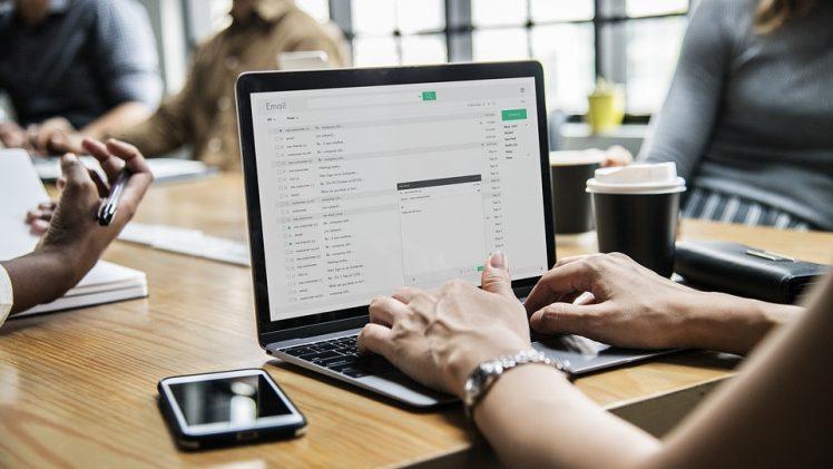 Skab et godt arbejdsmiljø med et firmaarrangement